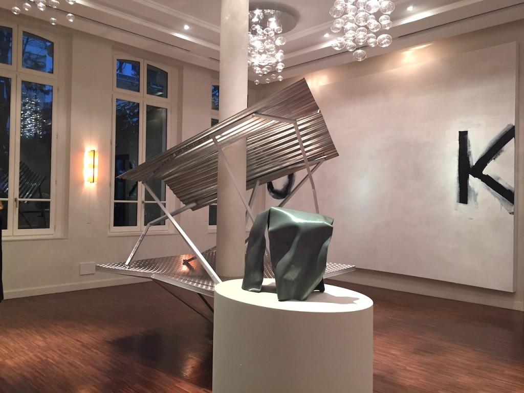 Vue d'une salle de l'exposition Bourse Révélations Emerige 2017, Au premier plan sculpture de Luke James.