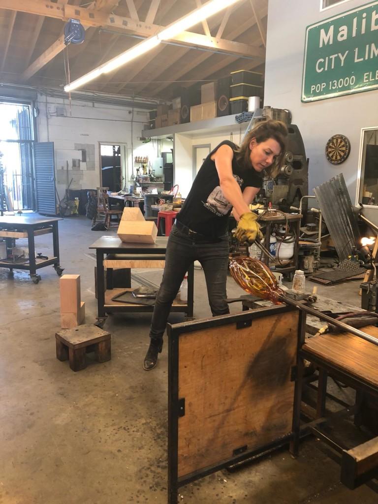 Los Angeles - Résidence FAWU ABROAD - Morgane Tschiember en train de  réaliser de nouvelles pièces en verre soufflé et bois.