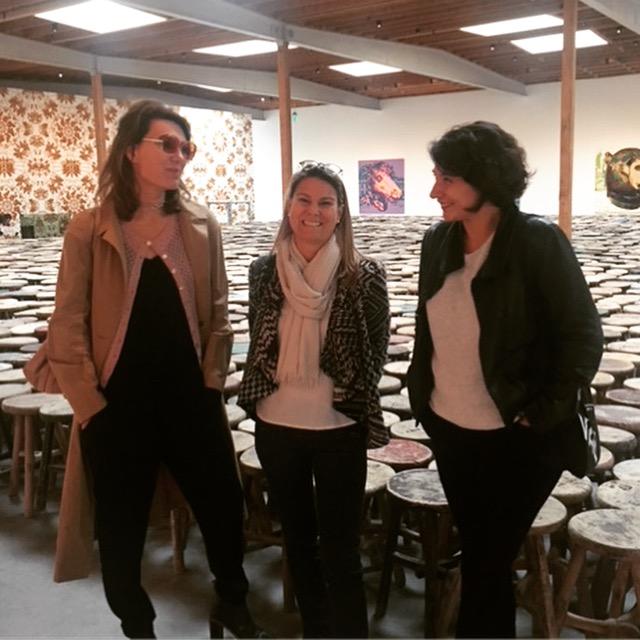Morgane Tschiember, Béatrice Cotte et Anna Milone visitant l'exposition Ai Weiwei à la Galerie Jeffrey Deitch à Los Angeles.